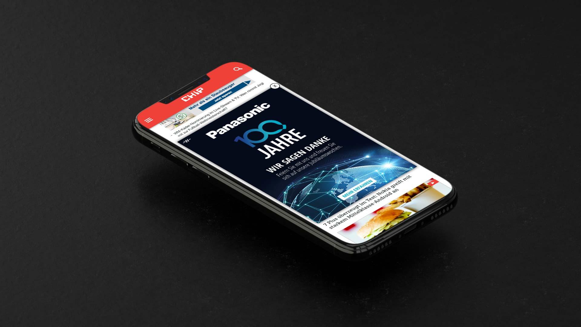 iPhone X mit Bannerwerbung von Panasonic, erstellt von Consequence